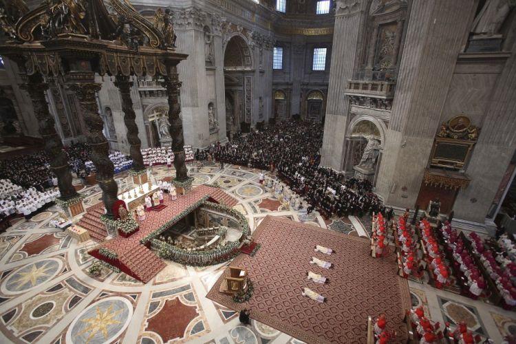 Pohanské symboly najdete i ve vatikánské bazilice Svatého Petra. Zde je zkoumají čtyři postavy v bílých oblečcích.
